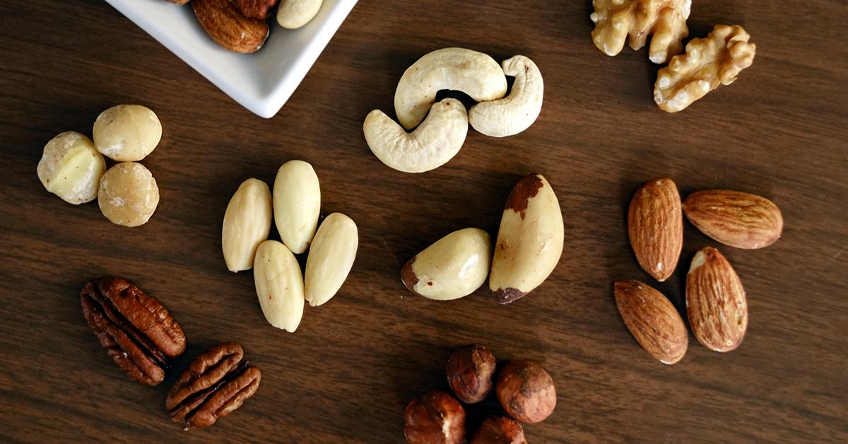 vlaske orechy mandle kesu orechy piniove orechy na stole