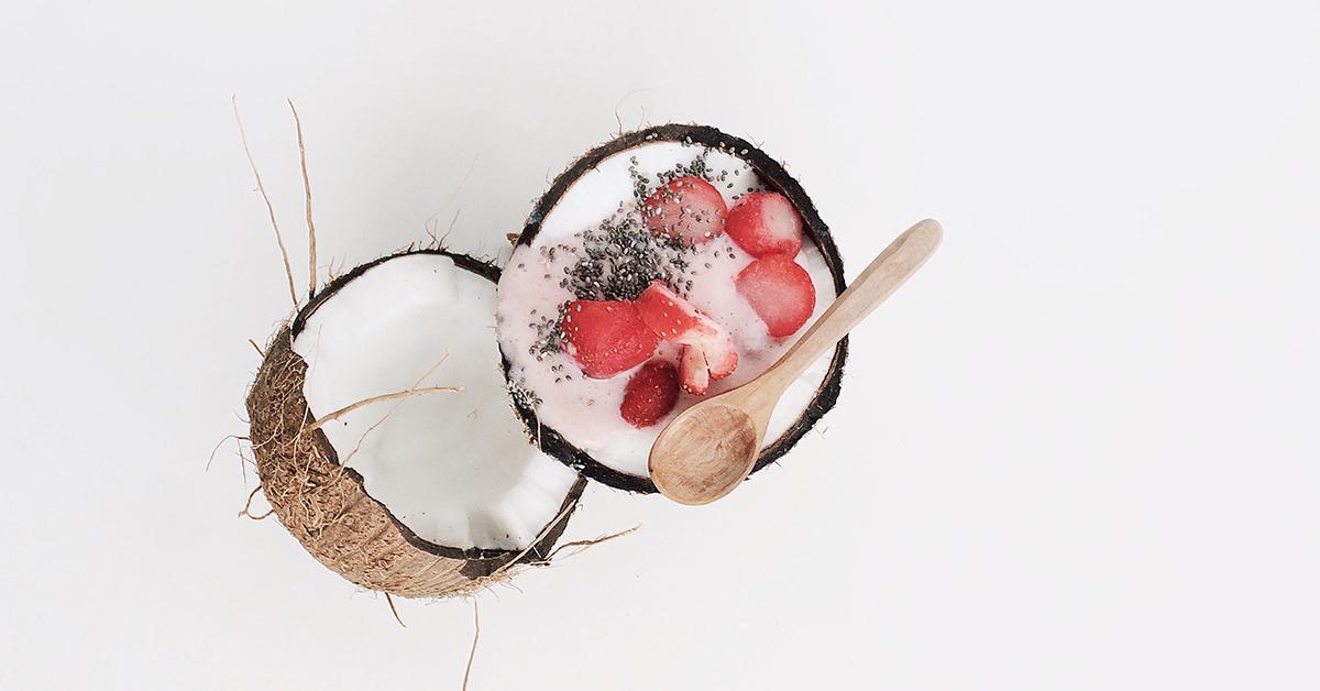 kokosovy orech s chia a jahodami zdrava strava